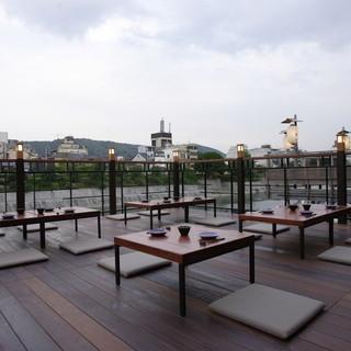 京都の風物詩「鴨川納涼床」