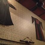 中級ユーラシア料理店 元祖 日の丸軒 - アラブの民族衣装が壁に。
