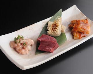 焼肉居酒屋 マルウシミート - 新鮮ホルモンの盛り合わせ ¥840-