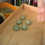 樫原福善商店 - 料理写真:あとはきなこをまぶして出来上がりっ♪  よもぎ餅は一個 100円