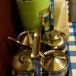 ガムランディー - テーブルの上の調味料。(砂糖、唐辛子、酢、ナムプラー)