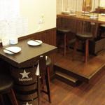 洋食バル AKR - テーブル席 【2名様×1席 4名様×2席】