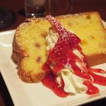 カフェ カイロス - Bセット(+300円)のプチデザート、苺のシフォン。