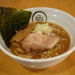 麺創 麺魂 - 料理写真:まろやかな醤油ダレにクリーミーでコクのある豚骨スープと臭みのない上品な魚介スープを合わせたらーめん