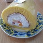 Lien - プレミアムロールの中に相性の良いフルーツをたっぷり盛り込んだ贅沢なロールケーキです