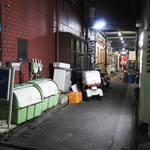 もつ焼 稲垣 - ①店に至る路地