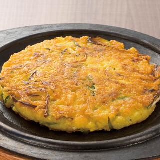 韓国屋台 豚大門市場 - ビンデット。緑豆100%の生地は小麦粉よりサクサクして香ばしい。