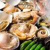 わい家 - 料理写真:全品300円(税込315円) 漁師時代の人脈を生かし、漁港から直接仕入れる新鮮な魚介の数々