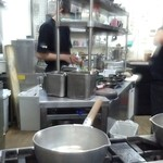 麺哲 - 手際良く料理が作られる