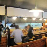 博多三氣 - お一人様でも家族でも気軽に入ることができる広めの店舗です。カウンター席と対面式カウンター席の他にテーブル席もあります。