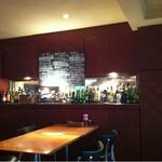 Restaurant&Bar day[Zi:] - ガラス越しに厨房が見える
