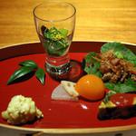 茅乃舎 - 前菜(小松菜の辛子浸し、根菜ピクルス金柑蜜煮添え、ヤーコンと蕪の甘辛煮、地鶏オムレツ、カリフラワーのチーズ焼き)
