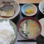 にじいろ食堂 - 煮鯖定食全容 上部より撮影