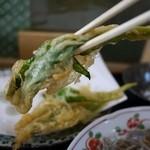 ようてい庵 - 行者にんにくの天ぷら(アップ写真)
