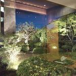 雲海 - ライトアップされた中庭。幻想的です。