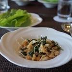チャイナシャドー - バジルと鶏ムースのタイ風味炒め サンチュ添え