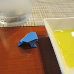 小林食堂 - オリーブオイルの横にカエルが☆