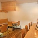 キッチン・キャミー - 内観写真:木を多用した居心地の良い空間