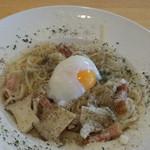 キッチン・キャミー - 料理写真:ベーコンとエリンギのフォルマッジオ 温玉のせ手打ちタリオリーニ