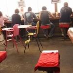 宝来軒 - 窓向きカウンター、合席できる(8人)広いテーブル3つ
