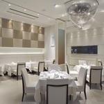 リストランテ ウミリア - ゆったりとした白とシルバーを基調にした店内。