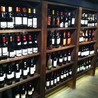 暖簾をくぐり店に入ると、棚には一面ワインがずらり