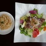 パローネ - サラダプレートランチ エゴマ豚肩ロースの網焼き(ドリンク付)1000円