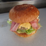 ラッキーバーガー - ベーコンエッグ:650円+トッピングチーズ:100円