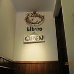 オステリアリベロ - 店の入り口は、階段あがって2F