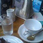 12966665 - テーブルいっぱい。紅茶はもうしばらく待て、だって。