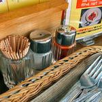 ナタラジャ - テーブルに常備された調味料類(2012年5月)