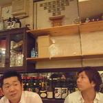 東亜飯店 - 独特の雰囲気に困惑するJIROCK氏と胴元