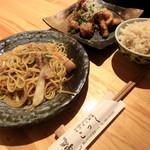 こっく - タイ風焼きそば、唐揚げ(ネギソース)、玄米ご飯