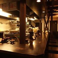 厨房を囲む木製のカウンター