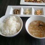 13107536 - 御飯と漬物とスープ。スープはとても優しい味でした。