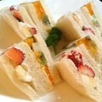 朝日珈琲サロン - 果物とクリームたっぷり フルーツサンド \980