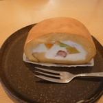 トナリカフェ - フルーツロール 単品だと380円