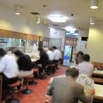 赤坂十八番 - カウンターとテーブル席。古いのは否めませんが、それなりにコギレイなフロアです。