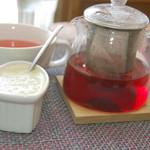 アイアンドアイ カフェ - ランチのローズヒップティーとスープ