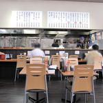 長浜ナンバーワン - ベビーカーなども十分に通れそうな広めの店内。カウンター席とテーブル席。