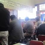 大鵬軒 - 内観写真:ごった返す店内 昼時は肉体労働者の聖地