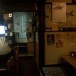 酔磨銭(すいません) - 入り口から入って左側がカウンター席、右側がお座敷です