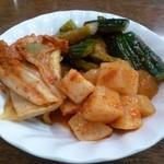 食道園 - 料理写真:おばちゃんの手作りキムチの盛り合わせ♪