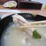 海鮮丼屋 ふじけん - 味噌汁は添えられた柚子胡椒でいただきましたがアサリ以外も骨付きの魚のアラがたっぷり・