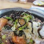 海鮮丼屋 ふじけん - タレをぶっかけよくかき混ぜて御飯とお魚を一緒にいただきました。