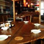 燻製と地ビール 和知 - 酒蔵の酒蓋から造ったテーブル等、木工作家手作りの椅子とテーブルが穏やかな雰囲気を作り出す店内
