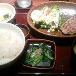 13387613 - 国産牛ステーキ定食980円+丼ご飯(大盛りご飯100円)合計1,080円です。
