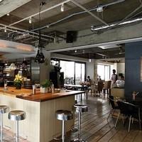 グッドモーニングカフェ - キッチンを囲むカウンターは活気に満ちあふれ、広がる店内の奥行きと大きな窓は開放感抜群