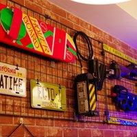 ワンポイント - 店内にはアメリカンなプレートやアメリカ映画の小道具(レプリカ)なんかが並んでます。