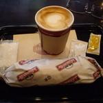シアトルズ・ベスト・コーヒー - ペーパーラップに包んだまま温めたホットドッグと飲み物のセット